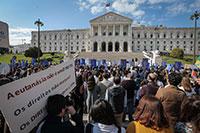 Protesto contra a eutanásia à porta do parlamento