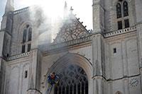 Refugiado confessa autoria do incêndio na catedral de Nantes